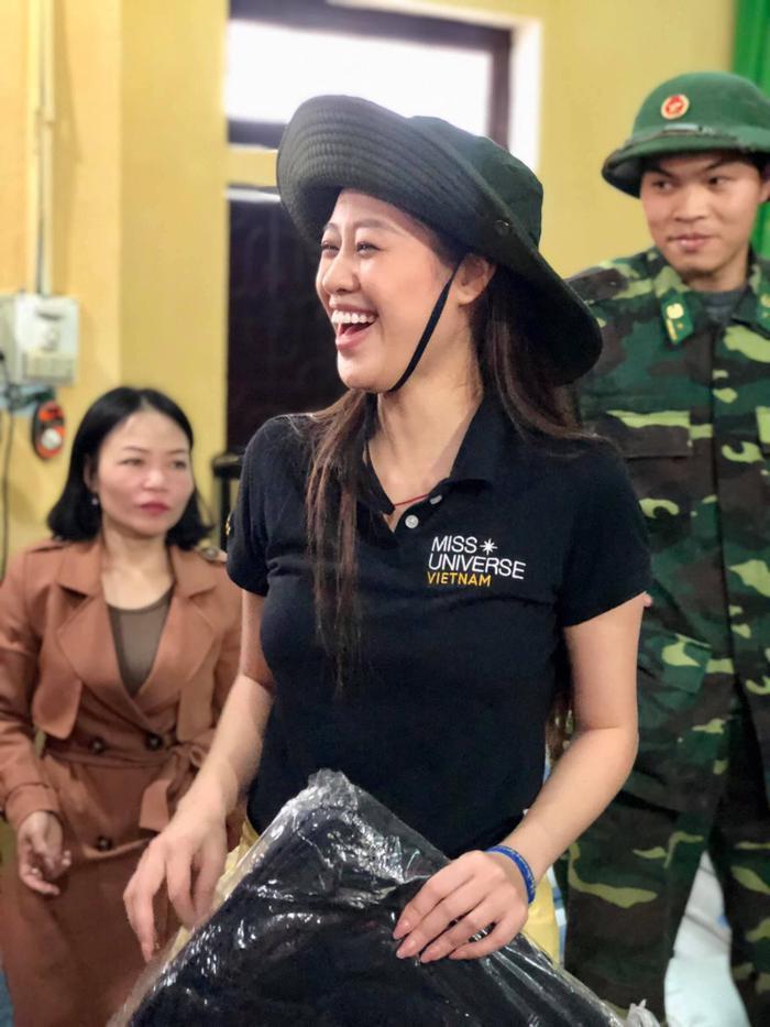 Khánh Vân quyên góp, hỗ trợ người dân miền Trung gặp bão lũ - Kim Duyên tặng xe đạp cho trẻ em nghèo Ảnh 7