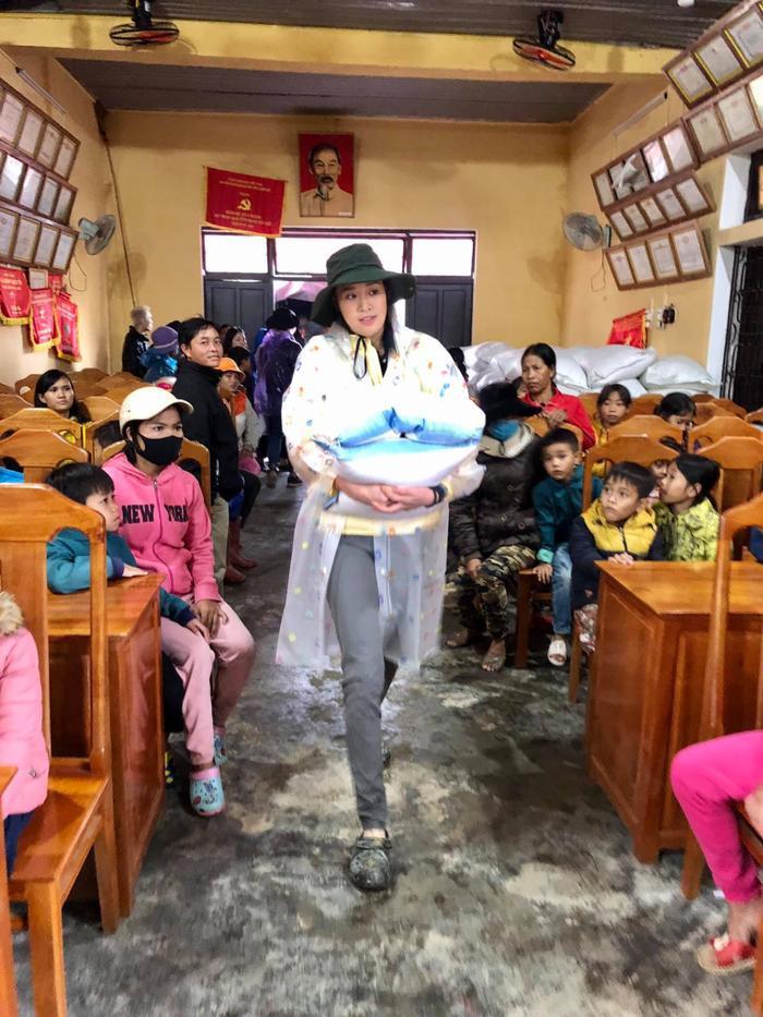 Khánh Vân quyên góp, hỗ trợ người dân miền Trung gặp bão lũ - Kim Duyên tặng xe đạp cho trẻ em nghèo Ảnh 8