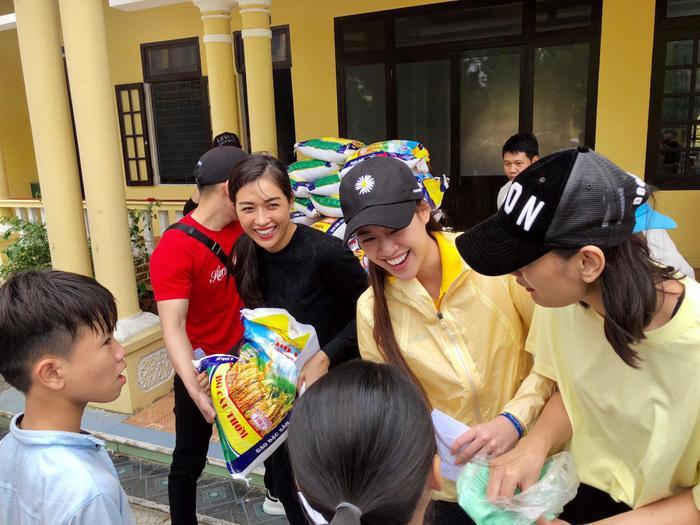 Khánh Vân quyên góp, hỗ trợ người dân miền Trung gặp bão lũ - Kim Duyên tặng xe đạp cho trẻ em nghèo Ảnh 9