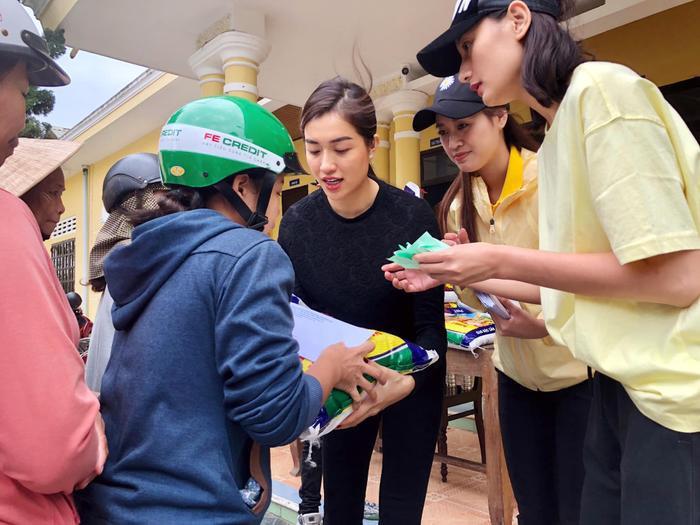 Khánh Vân quyên góp, hỗ trợ người dân miền Trung gặp bão lũ - Kim Duyên tặng xe đạp cho trẻ em nghèo Ảnh 15
