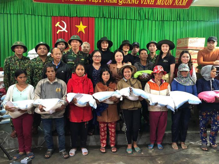 Khánh Vân quyên góp, hỗ trợ người dân miền Trung gặp bão lũ - Kim Duyên tặng xe đạp cho trẻ em nghèo Ảnh 16