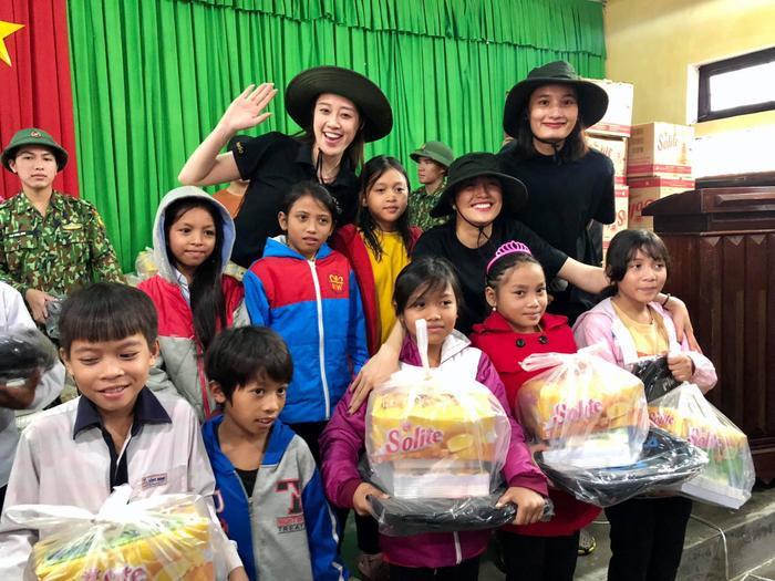 Khánh Vân quyên góp, hỗ trợ người dân miền Trung gặp bão lũ - Kim Duyên tặng xe đạp cho trẻ em nghèo Ảnh 14
