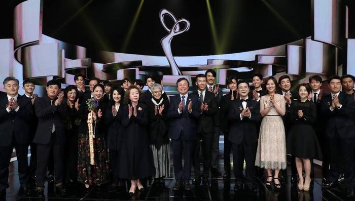 Hyun Bin - Gong Hyo Jin, Kim Hee Ae và Seventeen thắng giải thưởng 'Văn hóa & Nghệ thuật 2020' Ảnh 1