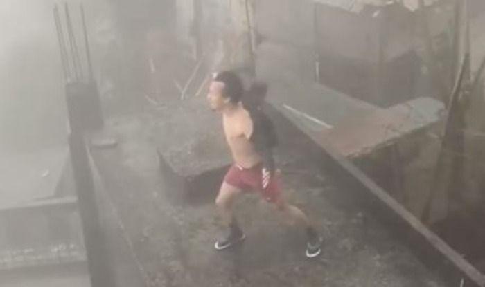 Sự thật về clip người đàn ông đứng phanh áo, 'gào thét' để đẩy lùi siêu bão số 9 Ảnh 1