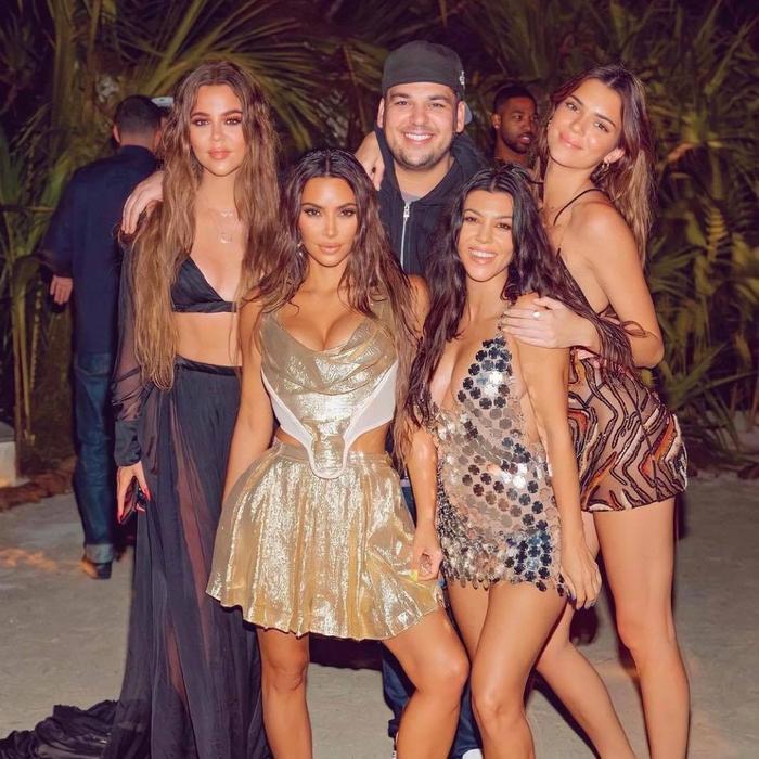 Chân dài triệu đô Kendall Jenner khoe vòng 3 cong veo khi pose dáng gợi cảm giữa biển Ảnh 5