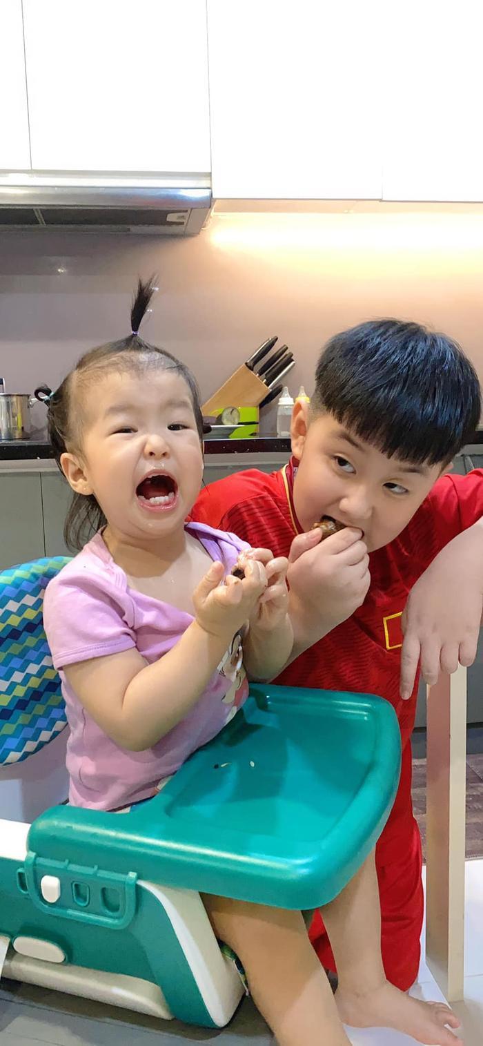 Lê Phương rưng rưng hạnh phúc khi thấy 2 con yêu thương chăm sóc nhau Ảnh 4