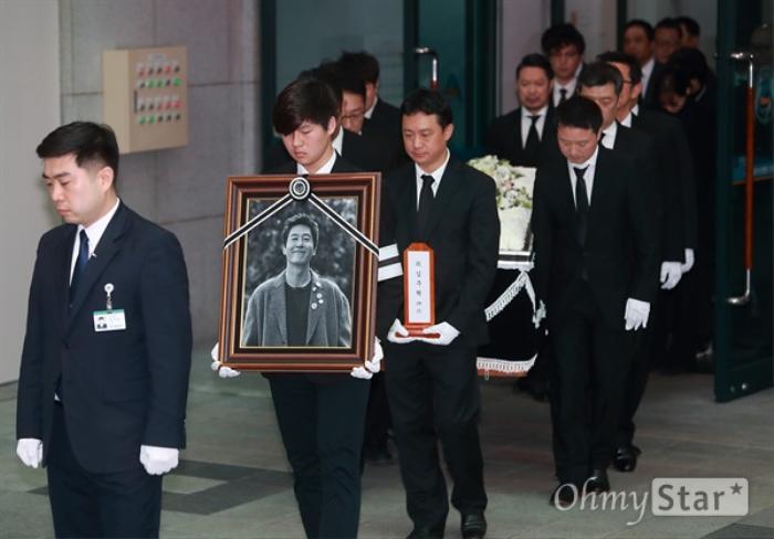 Tưởng niệm 3 năm ngày mất Kim Joo Hyuk: Làng giải trí Kbiz chấn động, khóc thương tại tang lễ! Ảnh 5