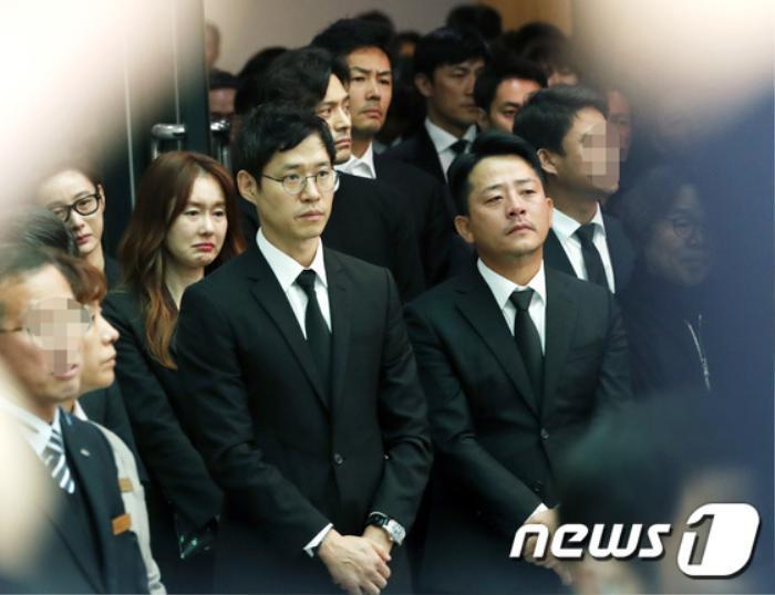 Tưởng niệm 3 năm ngày mất Kim Joo Hyuk: Làng giải trí Kbiz chấn động, khóc thương tại tang lễ! Ảnh 10