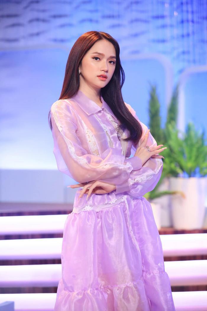 Biểu cảm 'lật bánh tráng' của Hương Giang khi gặp fan hâm mộ được 'đào lại' Ảnh 5