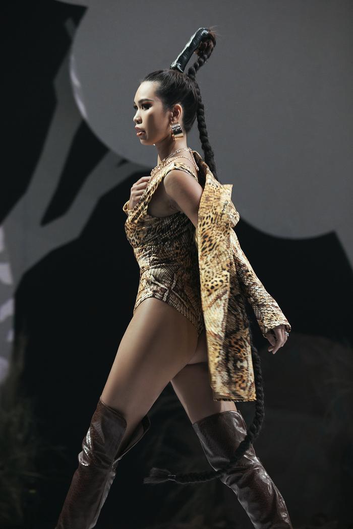 Siêu mẫu Hà Anh diện bikini mướt mát, trình diễn chặt chém cùng Minh Triệu trên sàn runway Ảnh 1