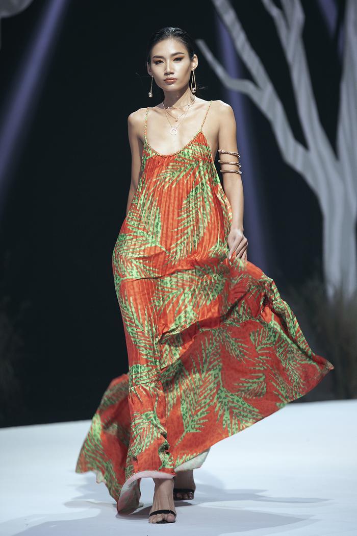 Siêu mẫu Hà Anh diện bikini mướt mát, trình diễn chặt chém cùng Minh Triệu trên sàn runway Ảnh 10