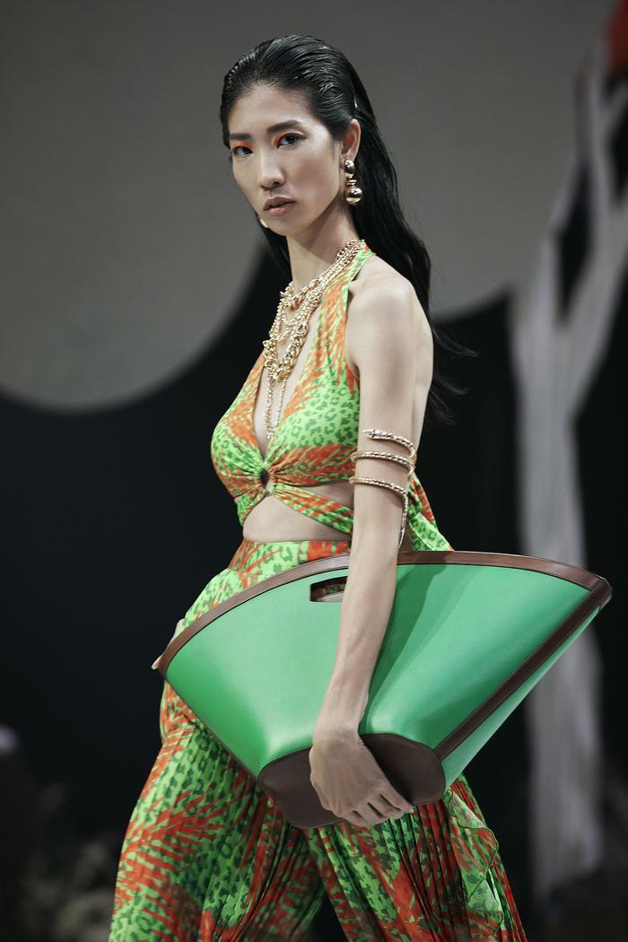 Siêu mẫu Hà Anh diện bikini mướt mát, trình diễn chặt chém cùng Minh Triệu trên sàn runway Ảnh 12
