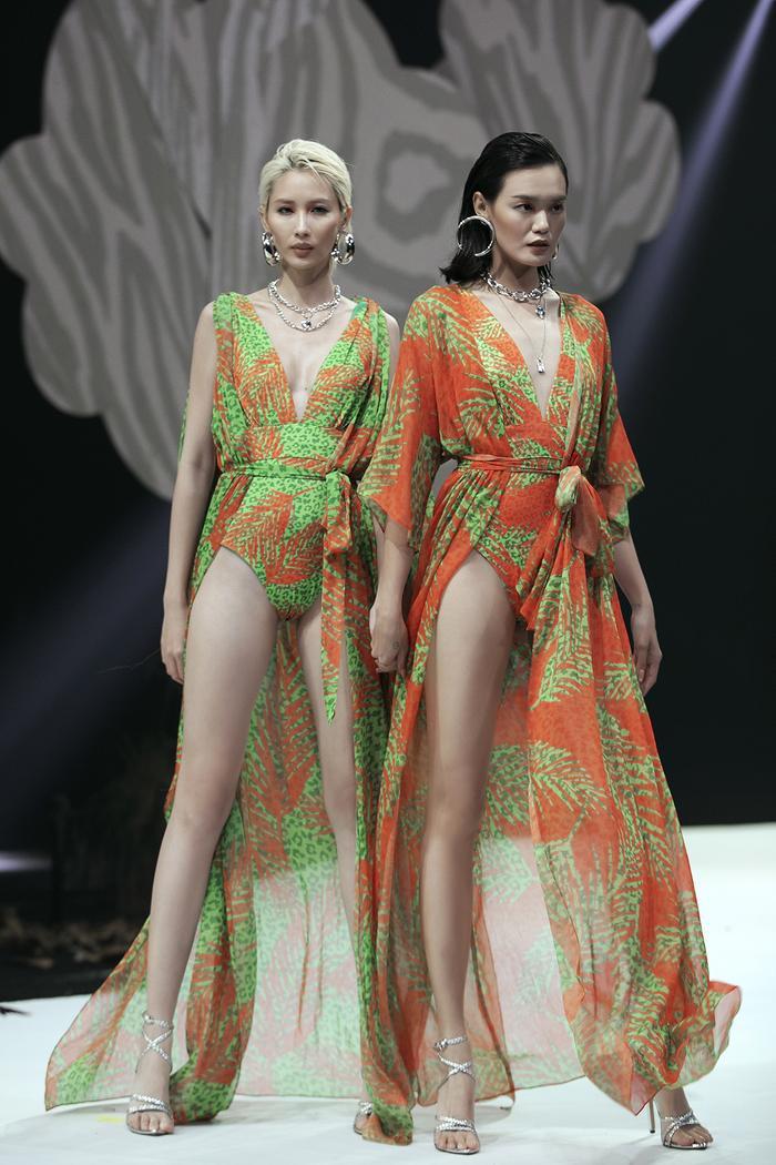 Siêu mẫu Hà Anh diện bikini mướt mát, trình diễn chặt chém cùng Minh Triệu trên sàn runway Ảnh 13