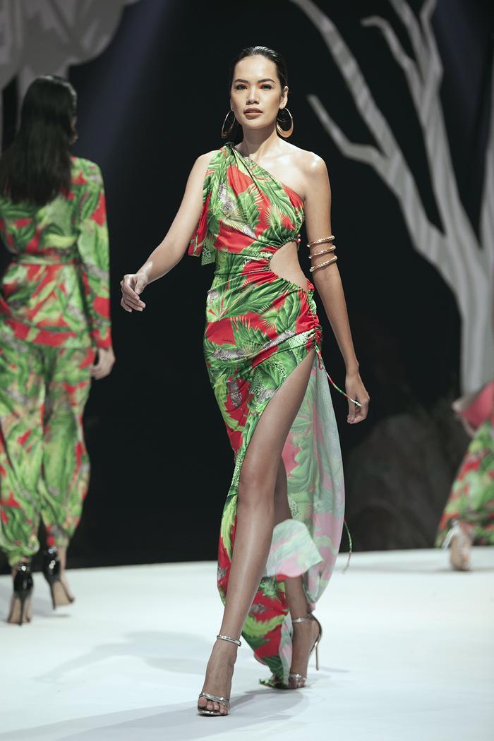 Siêu mẫu Hà Anh diện bikini mướt mát, trình diễn chặt chém cùng Minh Triệu trên sàn runway Ảnh 15