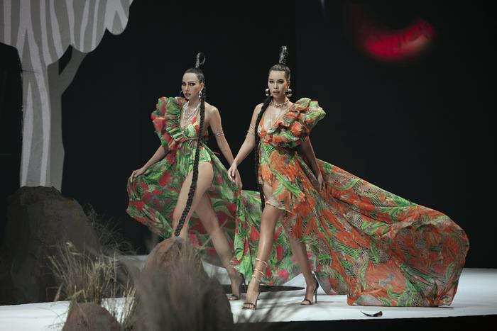 Siêu mẫu Hà Anh diện bikini mướt mát, trình diễn chặt chém cùng Minh Triệu trên sàn runway Ảnh 3