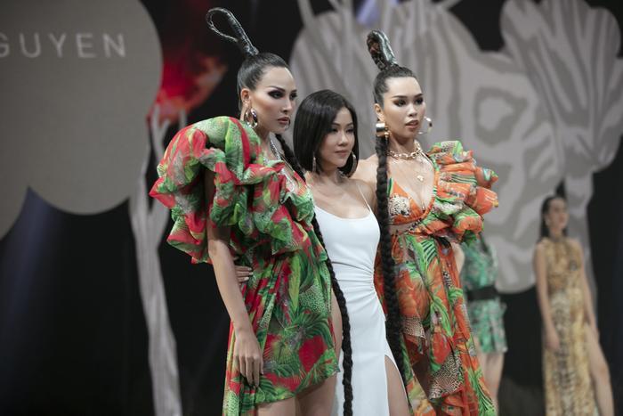 Siêu mẫu Hà Anh diện bikini mướt mát, trình diễn chặt chém cùng Minh Triệu trên sàn runway Ảnh 8