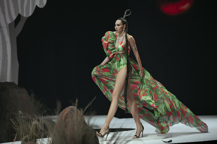 Siêu mẫu Hà Anh diện bikini mướt mát, trình diễn chặt chém cùng Minh Triệu trên sàn runway Ảnh 4
