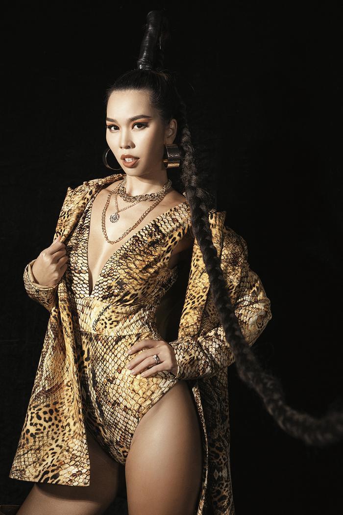 Siêu mẫu Hà Anh diện bikini mướt mát, trình diễn chặt chém cùng Minh Triệu trên sàn runway Ảnh 2