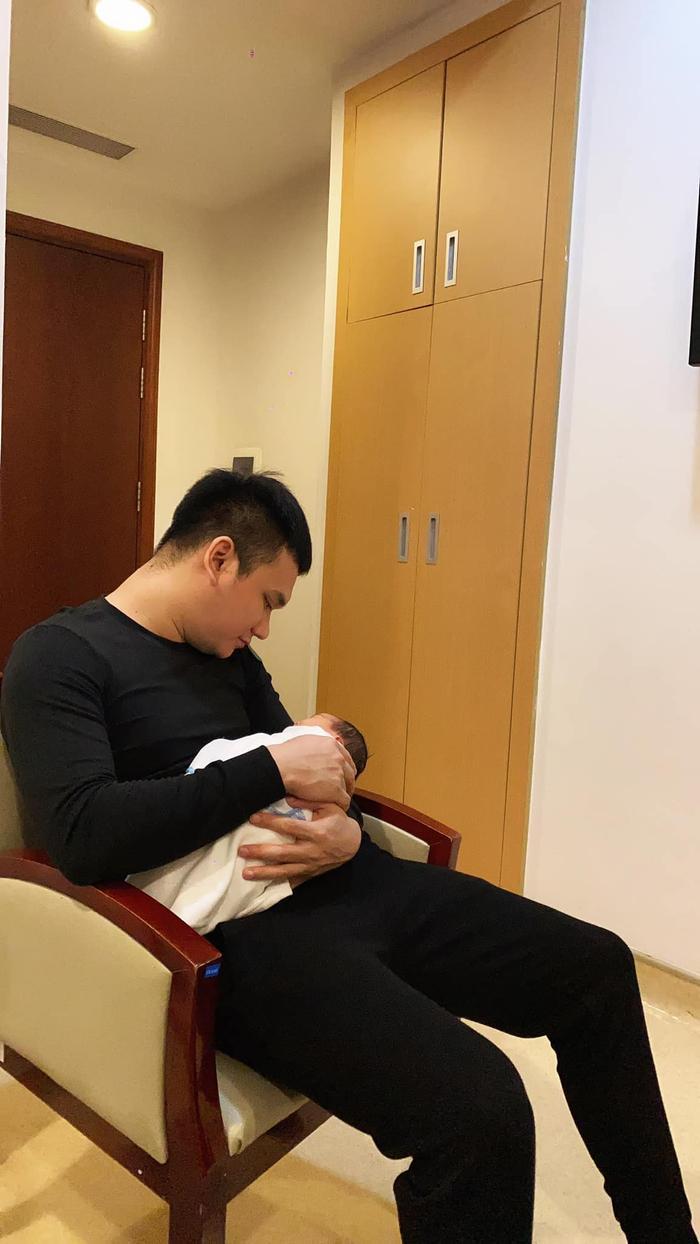 Cùng sinh đôi, vợ chồng Khắc Việt và Dương Khắc Linh không cần nói cũng hiểu nhau Ảnh 2