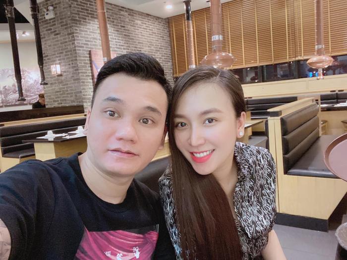 Cùng sinh đôi, vợ chồng Khắc Việt và Dương Khắc Linh không cần nói cũng hiểu nhau Ảnh 5