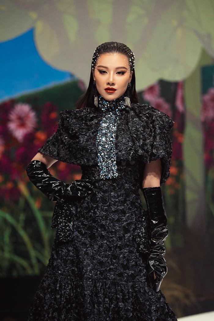 Trở lại sàn runway, Á hậu Kim Duyên sắc lạnh diễn Vedette, kiêu kỳ đọ sắc cùng Võ Hoàng Yến Ảnh 1