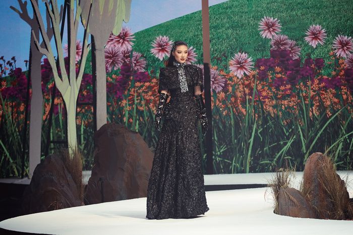 Trở lại sàn runway, Á hậu Kim Duyên sắc lạnh diễn Vedette, kiêu kỳ đọ sắc cùng Võ Hoàng Yến Ảnh 2