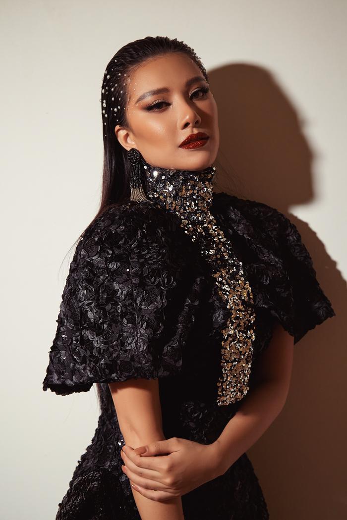 Trở lại sàn runway, Á hậu Kim Duyên sắc lạnh diễn Vedette, kiêu kỳ đọ sắc cùng Võ Hoàng Yến Ảnh 15