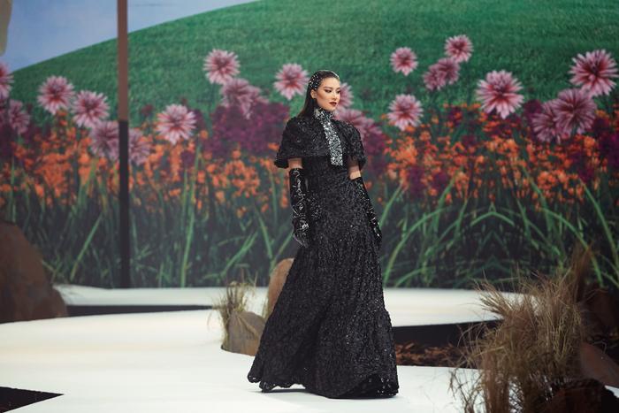 Trở lại sàn runway, Á hậu Kim Duyên sắc lạnh diễn Vedette, kiêu kỳ đọ sắc cùng Võ Hoàng Yến Ảnh 3