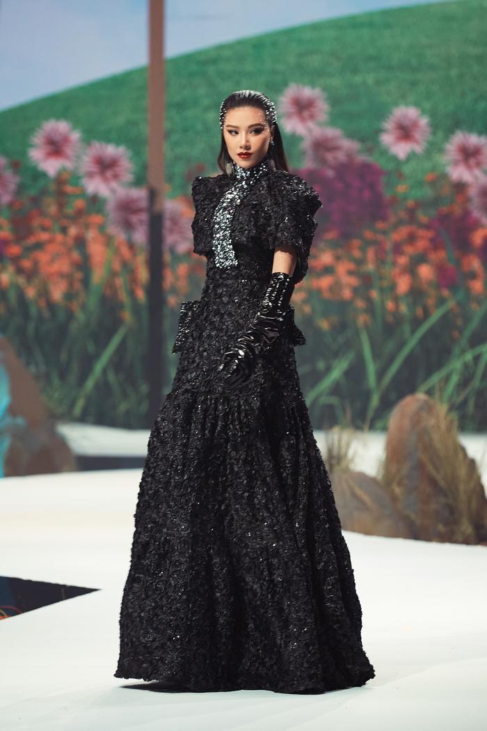 Trở lại sàn runway, Á hậu Kim Duyên sắc lạnh diễn Vedette, kiêu kỳ đọ sắc cùng Võ Hoàng Yến Ảnh 4