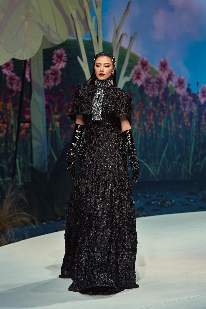 Trở lại sàn runway, Á hậu Kim Duyên sắc lạnh diễn Vedette, kiêu kỳ đọ sắc cùng Võ Hoàng Yến Ảnh 5
