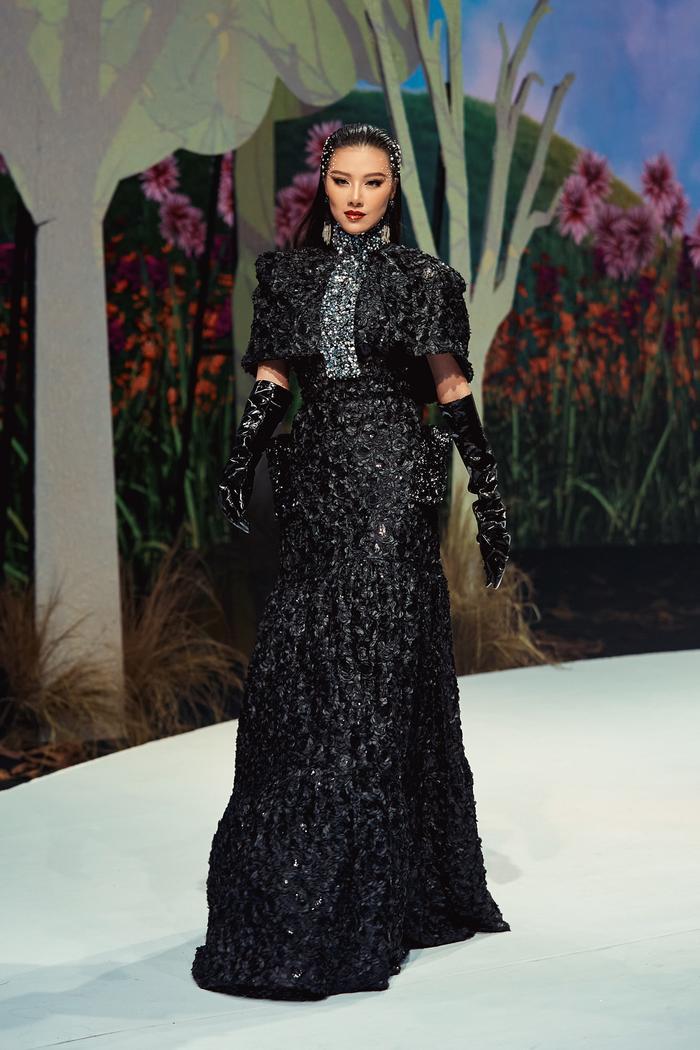Trở lại sàn runway, Á hậu Kim Duyên sắc lạnh diễn Vedette, kiêu kỳ đọ sắc cùng Võ Hoàng Yến Ảnh 6