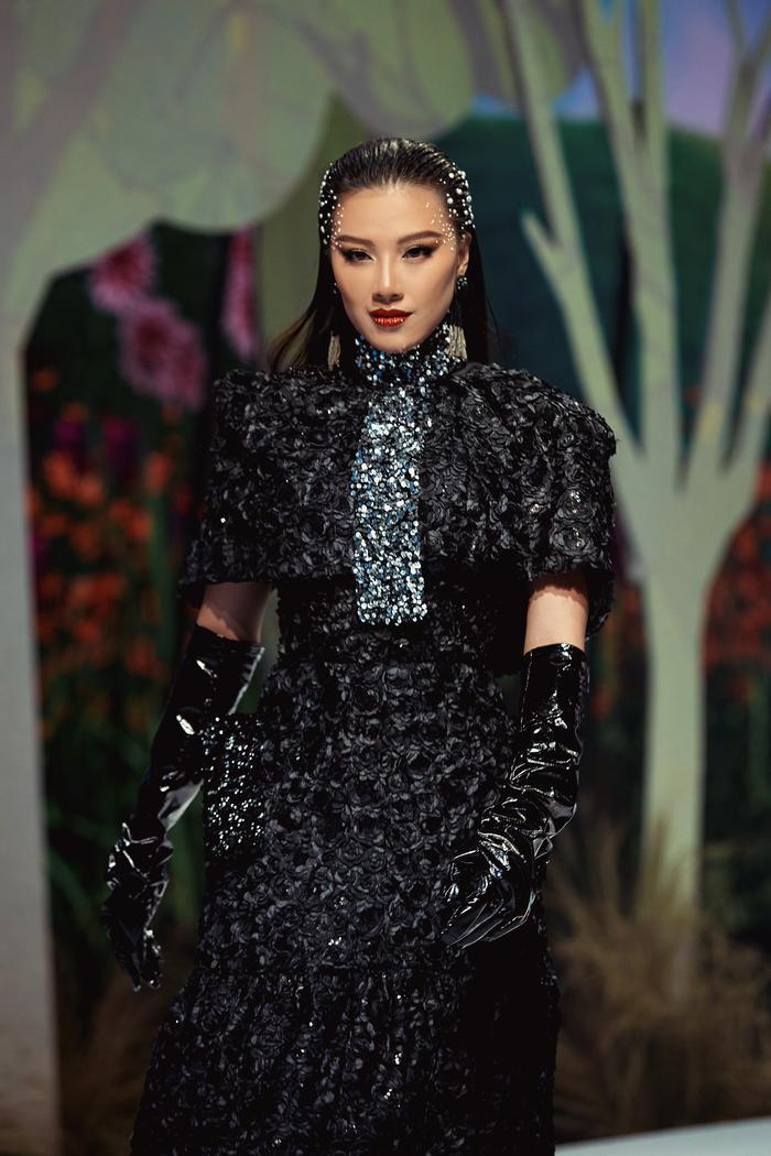 Trở lại sàn runway, Á hậu Kim Duyên sắc lạnh diễn Vedette, kiêu kỳ đọ sắc cùng Võ Hoàng Yến Ảnh 7