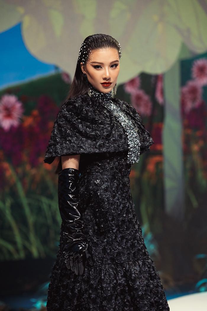 Trở lại sàn runway, Á hậu Kim Duyên sắc lạnh diễn Vedette, kiêu kỳ đọ sắc cùng Võ Hoàng Yến Ảnh 8