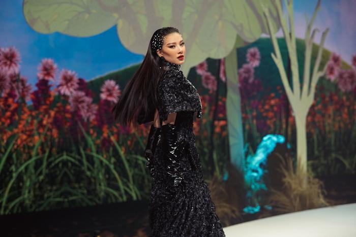 Trở lại sàn runway, Á hậu Kim Duyên sắc lạnh diễn Vedette, kiêu kỳ đọ sắc cùng Võ Hoàng Yến Ảnh 9