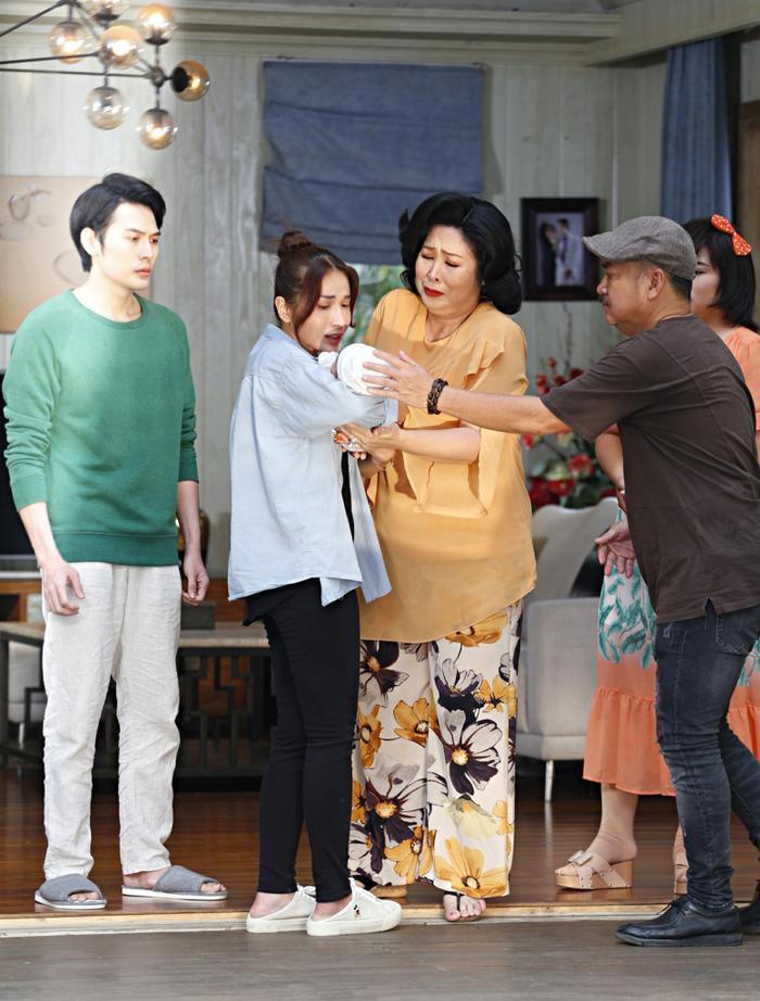 Khả Như chia sẻ về NSND Hồng Vân: 'Lần nào làm phim, mẹ cũng tuột huyết áp như cái cầu trượt' Ảnh 5