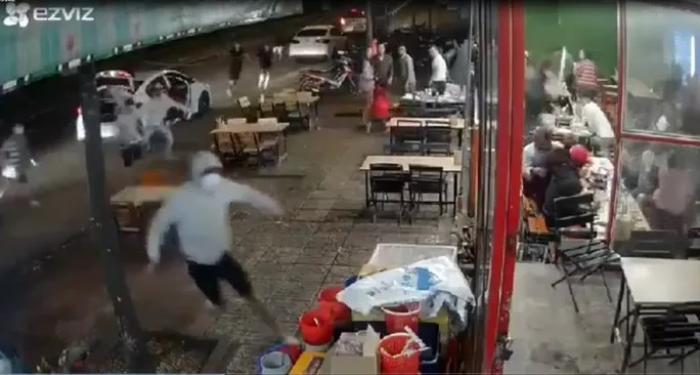Clip: Nhóm côn đồ đi trên 3 ô tô bịt kín mặt, cầm hung khí lao vào quán nhậu hỗn chiến Ảnh 1