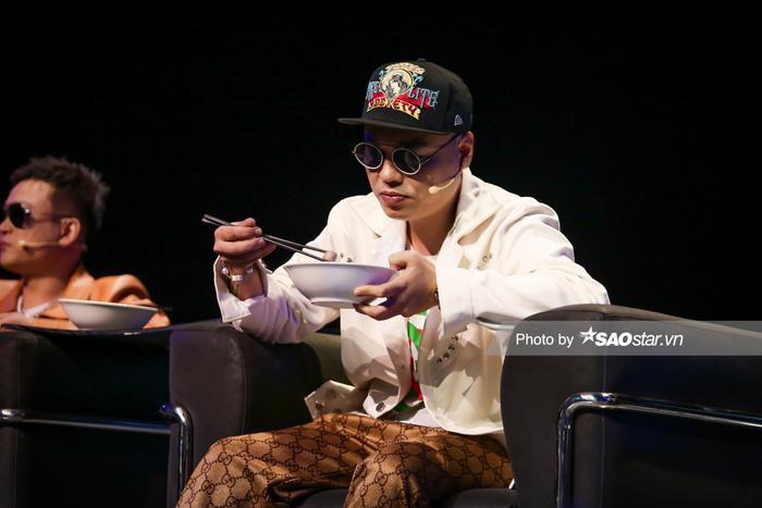 King Of Rap: Color kết hợp DJ Trang Moon bán hủ tiếu gõ, bộ tứ HLV 'xì xụp' ngon lành ngay trên sân khấu Ảnh 10