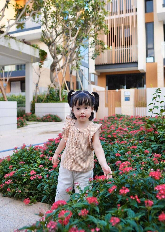 Con gái Hoa hậu Thu Thảo khiến mẹ 'cạn lời' khi 2 tuổi đã ăn nói đâu ra đấy Ảnh 2