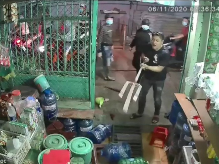 Đứng trước cổng nhà bấm điện thoại, chủ nhà bất ngờ bị nhóm côn đồ xông tới truy sát Ảnh 1