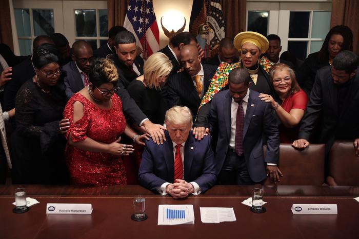 Sự thật bức ảnh Tổng thống Trump đứng không vững, cần người đỡ khi ứng viên Joe Biden giành chiến thắng Ảnh 6