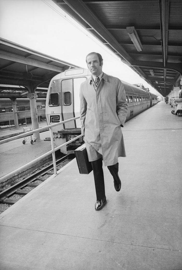 Phong cách thời trang của Tổng thống Mỹ Joe Biden qua từng năm tháng Ảnh 1