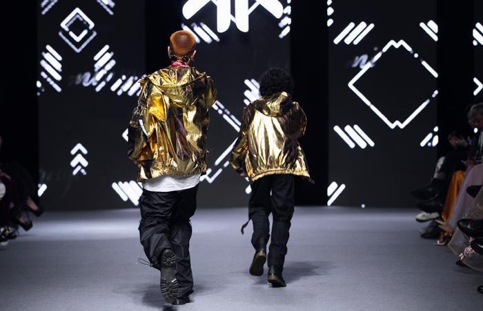 Rapper Weeza King Of Rap cùng mẫu nhí 'khuấy đảo' sàn runway Ảnh 7