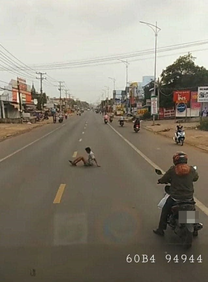 Bất ngờ dùng xe máy chặn đường ô tô, hành động sau đó của chàng trai khiến nhiều người cay khóe mắt Ảnh 1