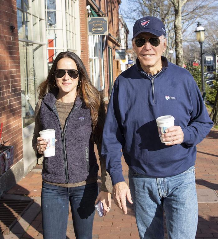 Thời trang của ái nữ Donald Trump 'lấn át' con gái Tổng thống Joe Biden Ảnh 8