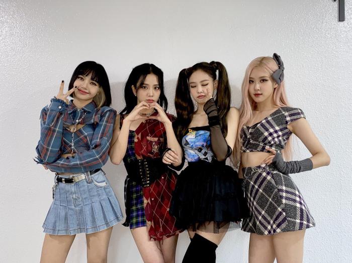 KPop 'quyết đấu' trên BXH World Album: BTS giảm số lượng, Twice cách BlackPink tận 8 hạng