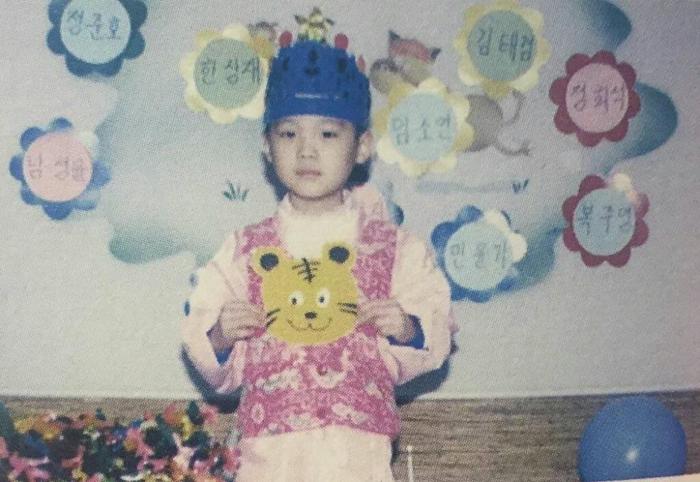 'Rụng rời' với bộ ảnh thời thơ ấu của BTS: Jin và V tựa hoàng tử, J-Hope như 'rich kids' chính hiệu Ảnh 26