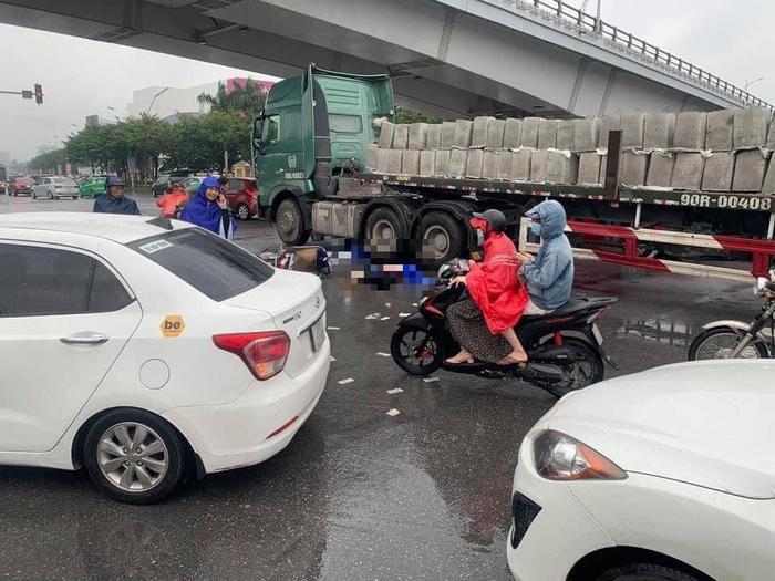 Va chạm với xe tải đầu kéo gần Trung tâm thương mại Aeon Long Biên, 2 người phụ nữ tử vong thương tâm Ảnh 1