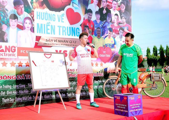 Lâm Vũ, Hoàng Sơn tổ chức trận bóng gây quỹ, quyên góp hơn 300 triệu ủng hộ miền Trung Ảnh 11
