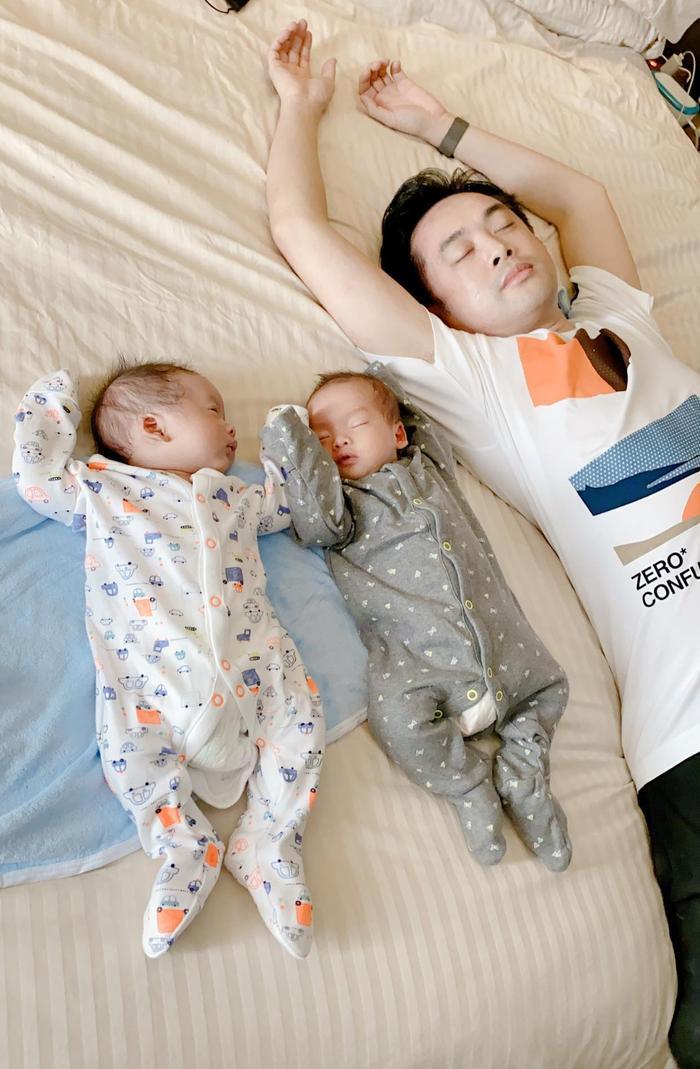 Sara Lưu bị trêu 'đẻ thuê' khi cặp song sinh giống Dương Khắc Linh từ mặt mũi đến nết ngủ Ảnh 3