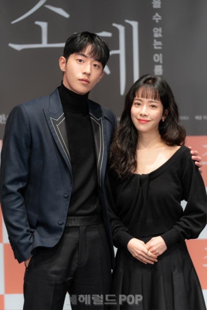 Han Ji Min e ấp bên 'bạn trai' Nam Joo Hyuk mặc kệ khoảng cách 12 tuổi Ảnh 1